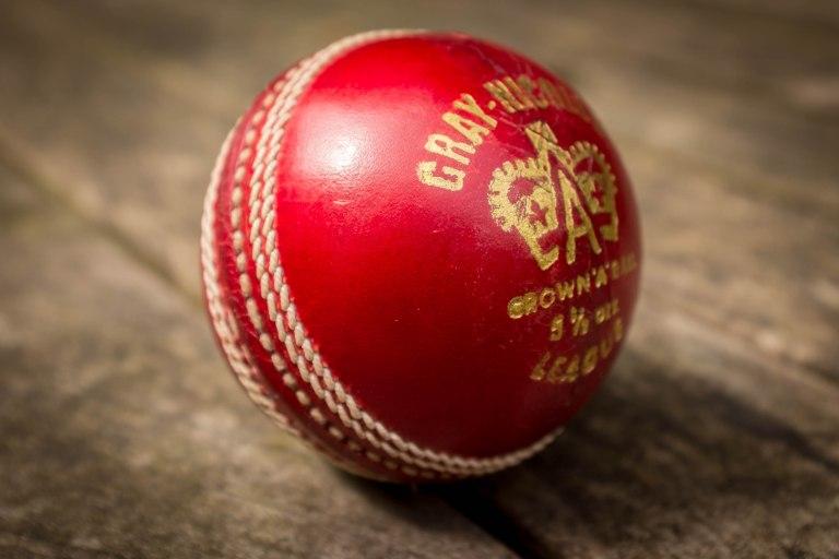 Cricket_Ball_(27343391052).jpg